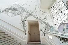 一万のカブトムシの群れがノッティンガム城の壁を這う!
