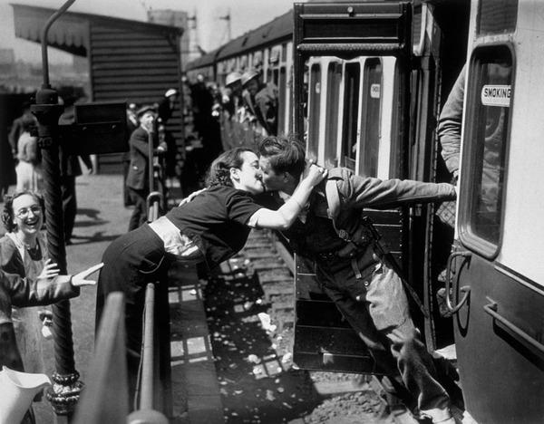 戦時中のラブストーリー。別れを惜しむ恋人たちのキス画像など (3)