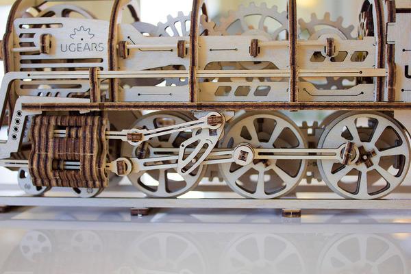 天然木材で接着剤なしで動く機関車模型 (3)