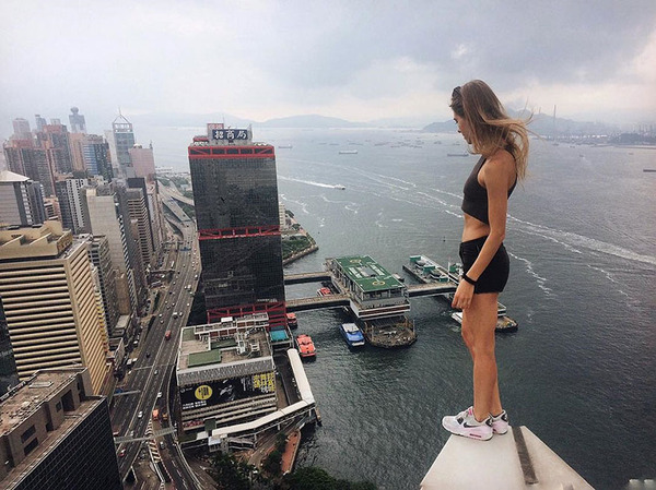 高い所怖い!ロシア女性が超高いビルなどで自撮り画像 (2)