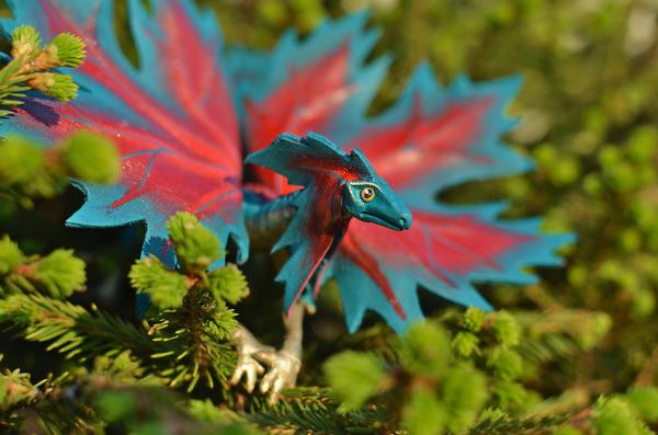 木の葉と一体となった小さなドラゴンの彫刻 4