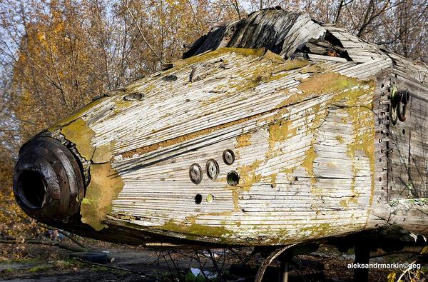 ロシアの飛行場に放棄された木で作られた宇宙船! (1)