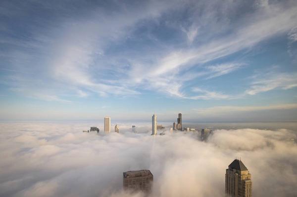 雲を突き抜けるシカゴスカイライン、ビルと空 (10)