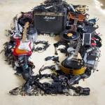 音楽機材や電子機械などを積み上げて有名人の肖像画を描く!