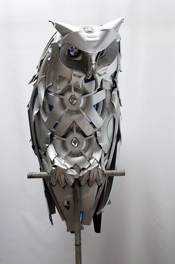 車の金属部品でメタリックな動物彫刻!ホイールキャップ (7)