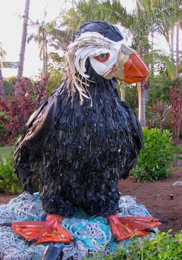 海岸で拾ったゴミで作られた海洋生物の巨大な彫刻 (9)