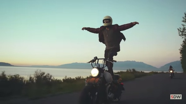 走行中のバイクの上に乗る 2