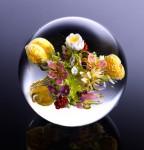 空想的な自然を透明な球体に閉じ込めた美しいペーパーウェイト