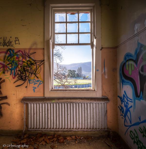 廃墟の部屋の窓から覗く風景 8