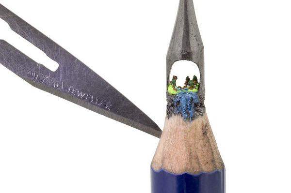 鉛筆の芯の先に彫られた超小さいミニチュアアート 2