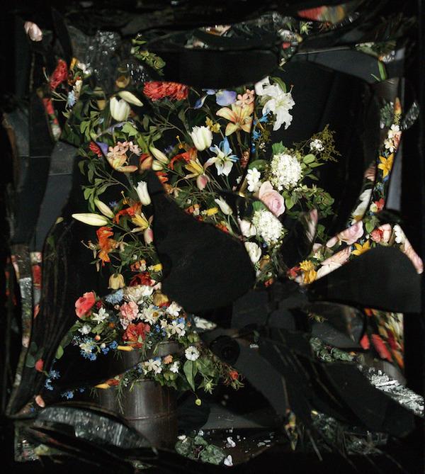 壊れた鏡に反射させた花 10