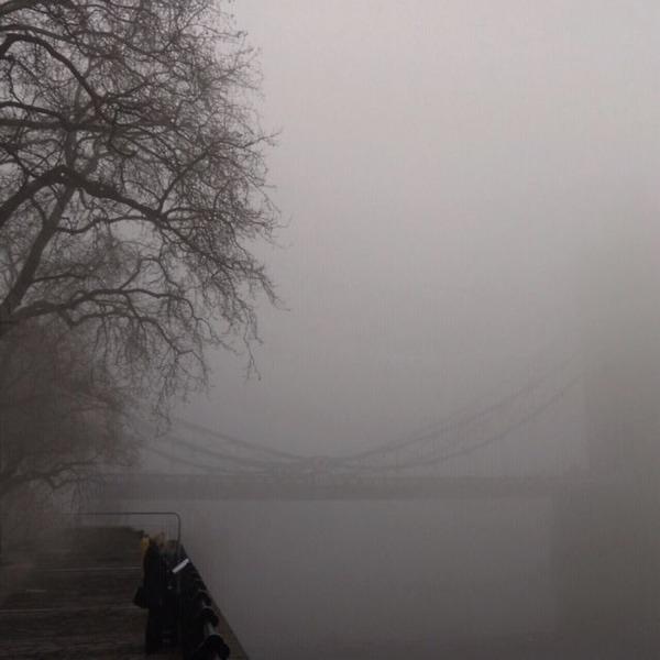 霧のロンドン。霧に覆われた幻想的なロンドンの街の写真 (8)