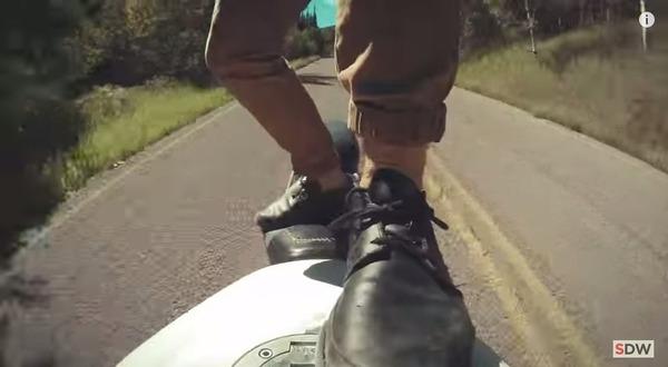 走行中のバイクの上に乗る 5