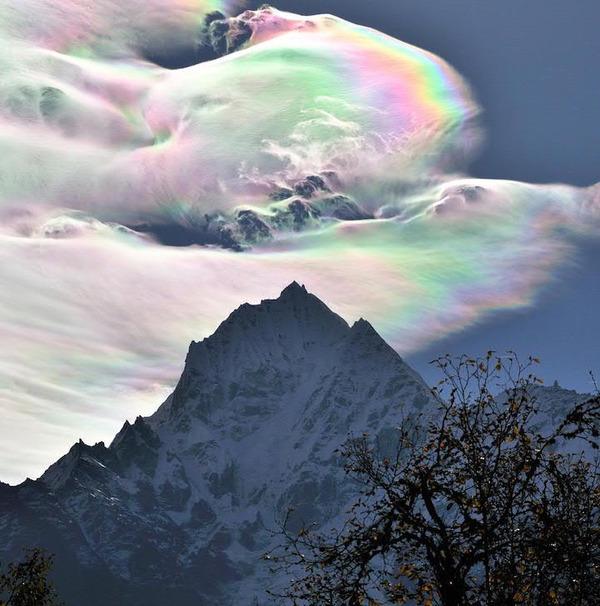 綺麗に空を彩る!珍しい虹色の雲の画像 (1)