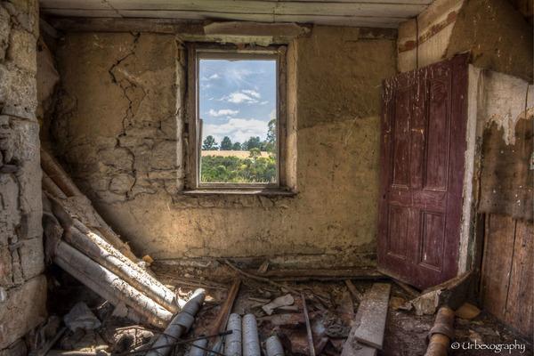 廃墟の部屋の窓から覗く風景 20