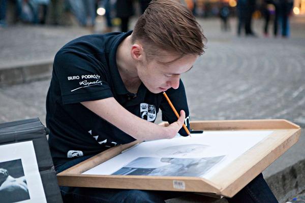 両腕に障がいを持ったポーランドの画家 Mariusz Kedzierski (11)