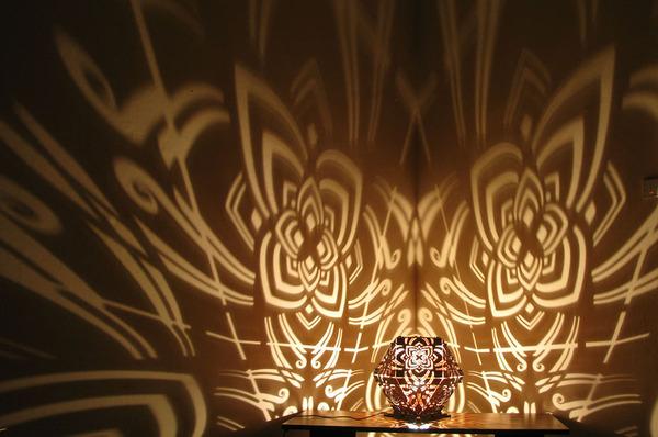 美しい模様が光となって部屋を照らす!レーザーカットのランプ (2)