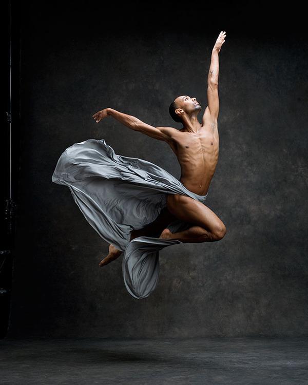 踊りが生み出す芸術。優美なダンサーの写真 (4)