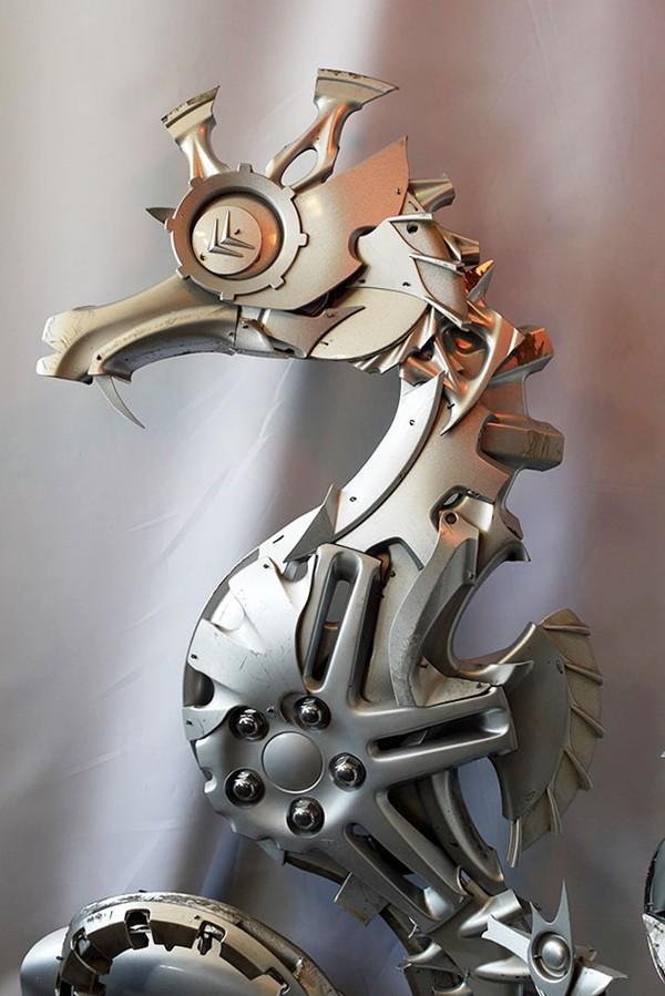 車の金属部品でメタリックな動物彫刻!ホイールキャップ (9)
