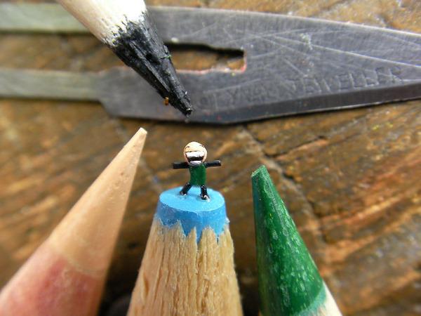 鉛筆の芯の先に彫られた超小さいミニチュアアート 5