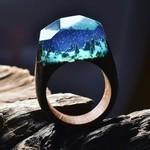 小さな世界が隠されている木と樹脂の指輪