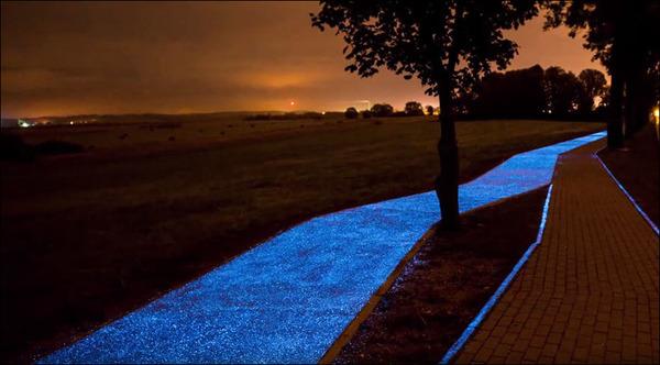 夜になると青く光る自転車の通り道!in ポーランド (3)