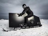 漆黒の鉄の塊が雪山を滑走する!スノーモービル『SNOPED』