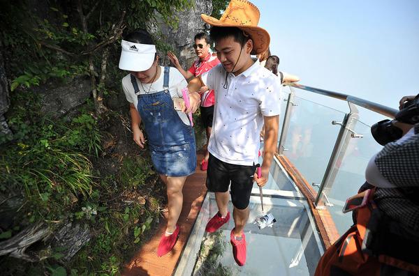 中国の天門山!もはやホラー…。恐怖と絶景を同時に楽しめる橋 (5)
