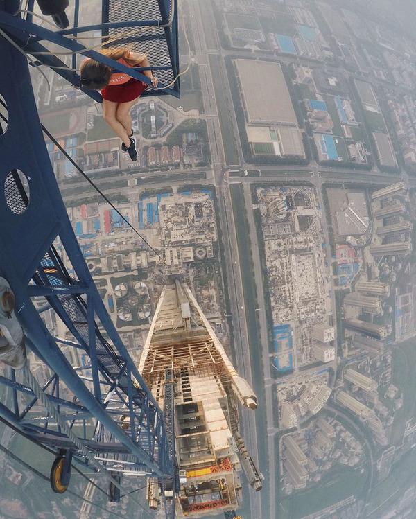 高い所怖い!ロシア女性が超高いビルなどで自撮り画像 (7)