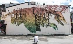 朽ちる動物に根付く植物、生と死を感じさせる独創的な壁画