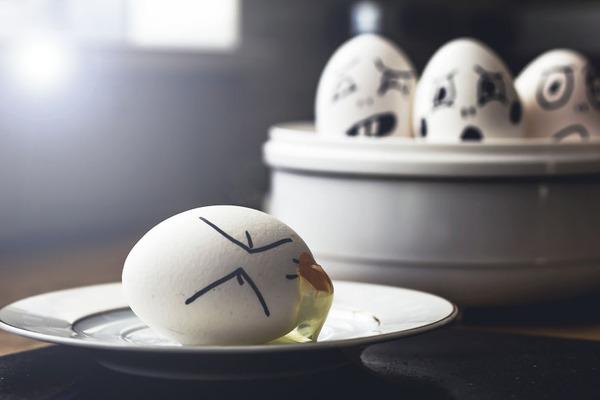 タマゴの気持ち?卵の殻に人間みたいな顔の表情を描いた写真 (5)