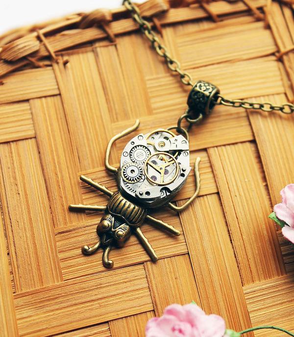 宝石や彫刻で彩られたスチームパンク風アクセサリー (1)