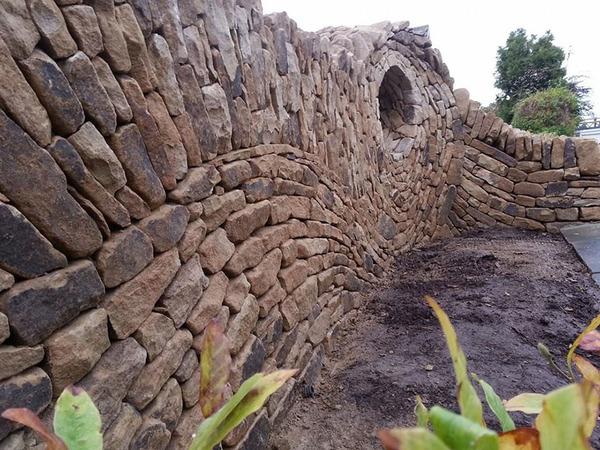 ぐるぐる!渦巻いた塀やレンガの石工彫刻 (9)