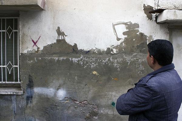 塗装が剥がれた家の壁に描かれるほんの小さな壁画 (5)