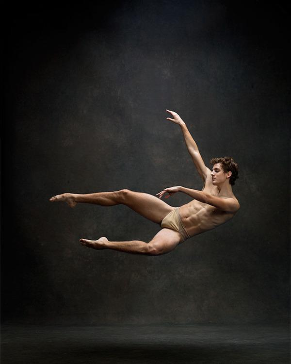 踊りが生み出す芸術。優美なダンサーの写真 (5)