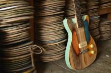 Prisma Guitar!スケートボードをリサイクルしたギター