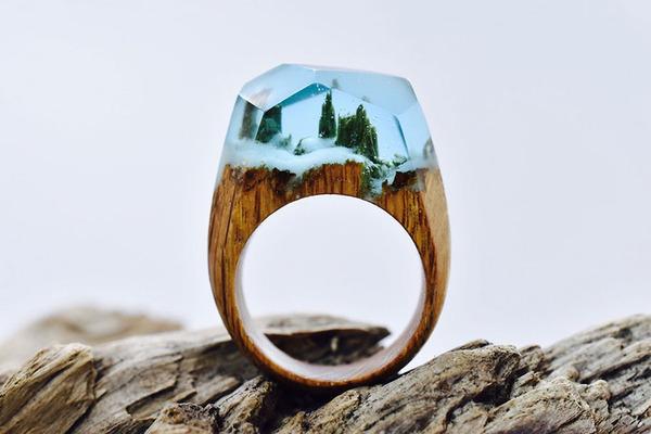小さな世界が隠されている木と樹脂の指輪 (8)