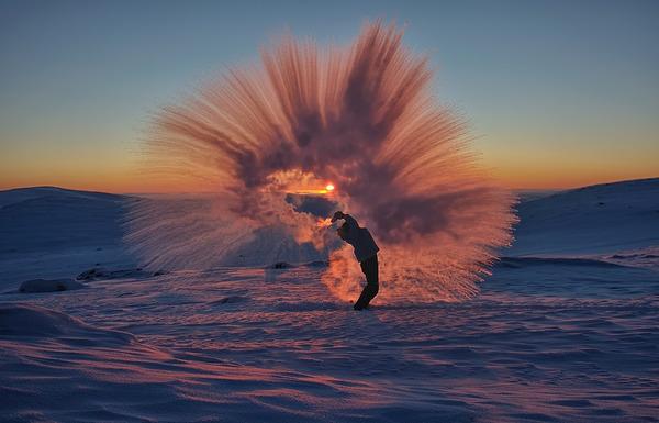 瞬間凍結!-40℃の世界では熱いお茶が一瞬で凍るらしい…画像 (2)