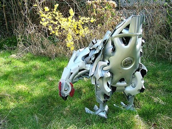 車の金属部品でメタリックな動物彫刻!ホイールキャップ (2)