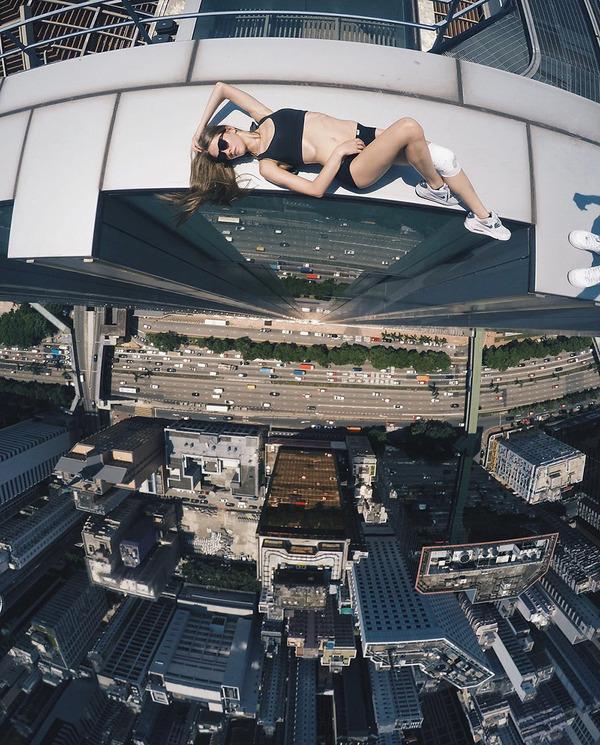 高い所怖い!ロシア女性が超高いビルなどで自撮り画像 (10)