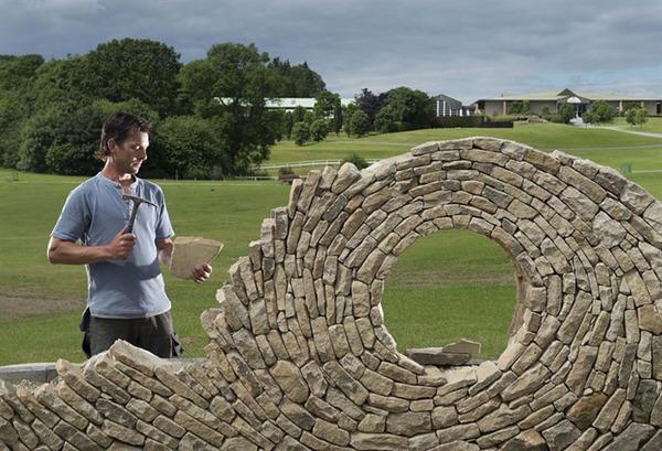 ぐるぐる!渦巻いた塀やレンガの石工彫刻 (2)