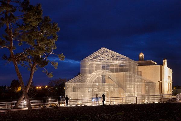 透け透けな教会現る!ワイヤーメッシュ製の建築デザイン (13)
