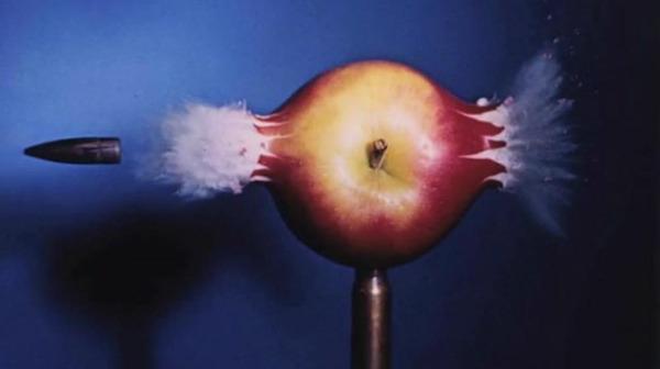 リンゴ 弾丸が貫通する写真、スーパースローモーション (3)
