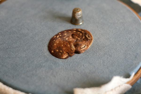 刺繍で作られた小さい可愛い動物 バンビ