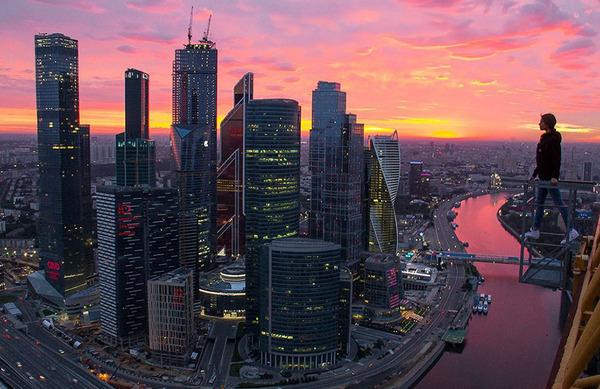 高い所怖い!ロシア女性が超高いビルなどで自撮り画像 (1)