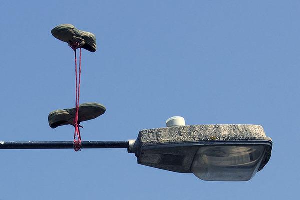 重力が反転したような靴がロンドンの街に現る (6)
