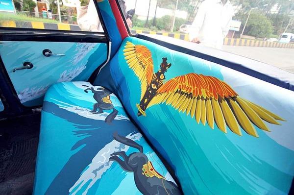 明るい気分で乗車できる!超カラフルなインドのタクシー (21)