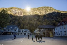陽の届かない谷底の町リューカンへ太陽の光を反射させる鏡