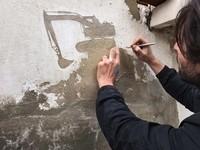 剥がれた塗装を利用!難民問題を描いた小さな壁画作品