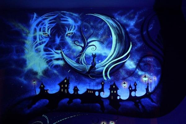 寝室の壁にお絵かき!ブラックライトで光る蛍光塗料で描かれた絵 (8)